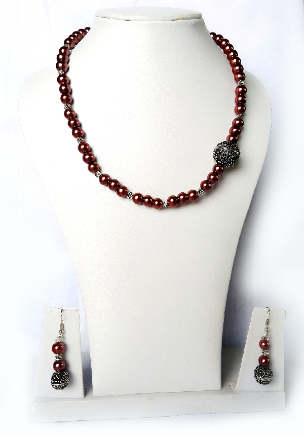 Glossy beads necklace